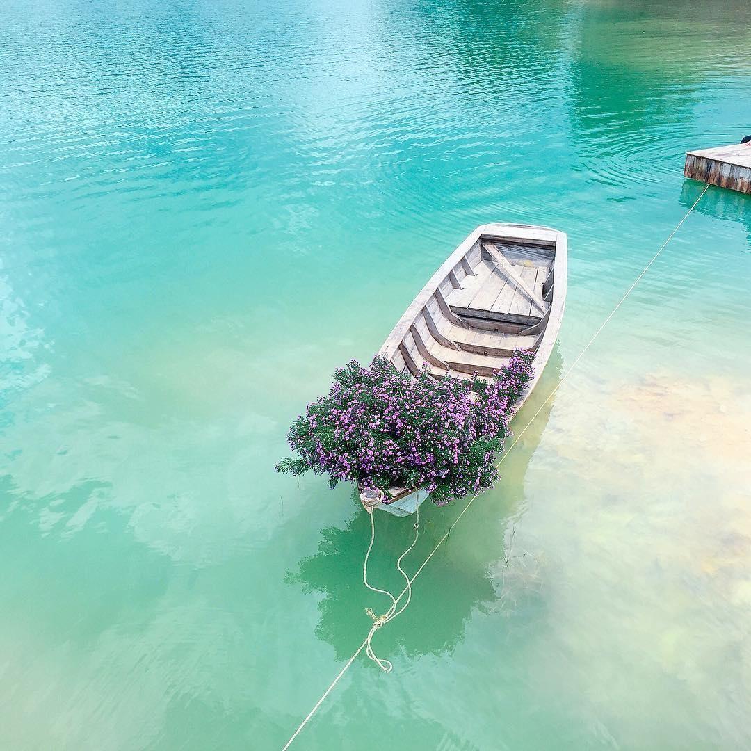 Lững lờ mặt nước Hồ Đá Xanh