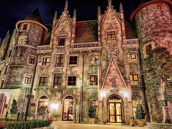Mercure Bana Hills French Village mang dáng dấp của một tòa lâu đài cổ ở Châu Âu