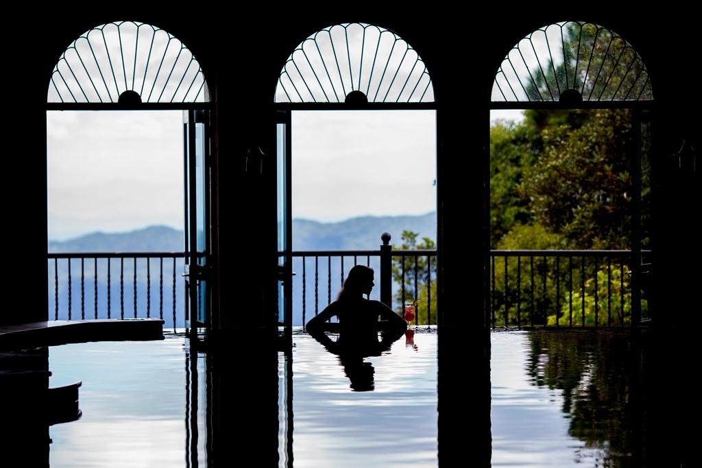 Hồ bơi Mercure Bana Hills French Village với tầm nhìn tuyệt đẹp