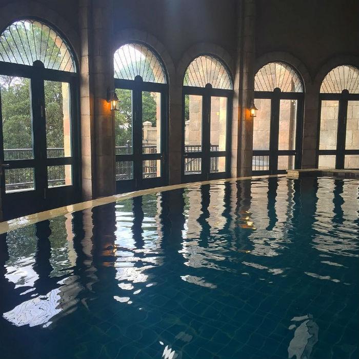 Vẻ đẹp của hồ bơi Mercure Bana Hills French Village có thể chinh phục bất kỳ vị khách khó tính nào