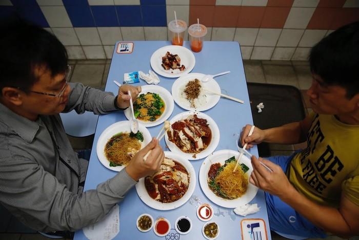 Những hàng quán vỉa hè ở Singapore vốn được khách ưa chuộng đang phải đối mặt với tương lai mờ mịt khi rất nhiều đầu bếp kỳ cựu sẽ nghỉ hưu