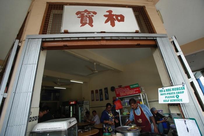 Sumosundram Moghan là người làm món Roti Prata (giống pancake rán) trong quán của ông cùng các nhân viên.