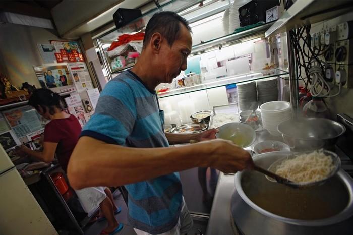 Lim Swee Heng, một chủ hàng dành nhiều năm để làm nên món mì laksa cay