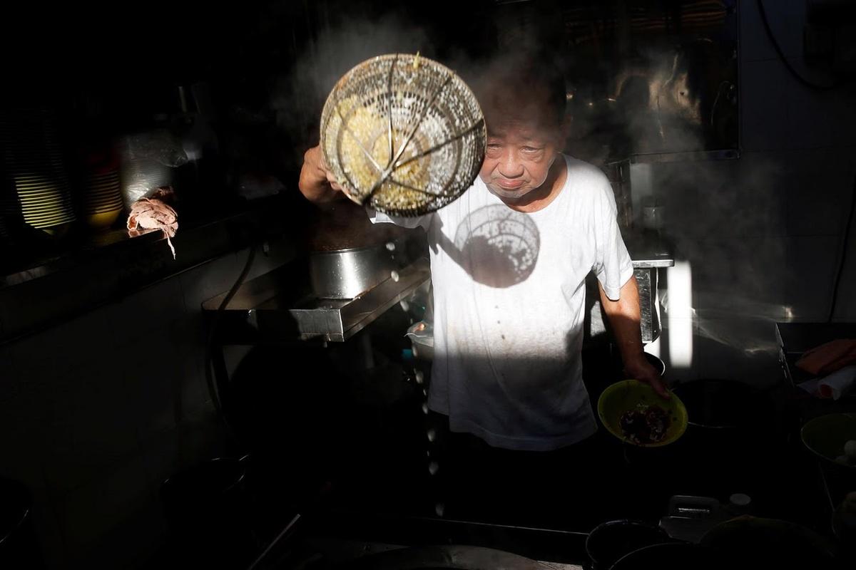 Wee Phong Sai là người phục vụ món mỳ với cá viên được gần 40 năm tại chợ ẩm thực Ghim Moh và hiển nhiên chưa có ai nấu ngon hơn ông.