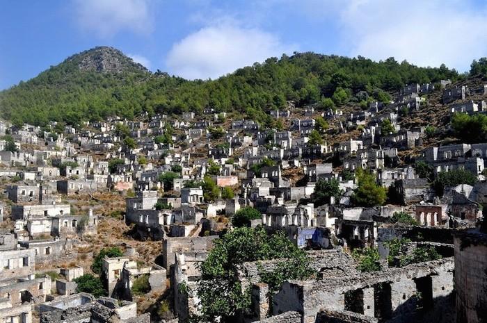 Livissi, nay được đổi tên thành Kayakoy, là một thị trấn gồm hơn 500 ngôi nhà bị tàn phá, nằm cách thành phố Fethiye 8 km về phía tây nam Thổ Nhĩ Kỳ.