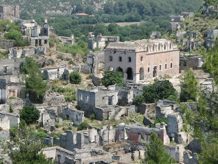 Livissi được xây dựng từ thế kỷ 18, bên trong thành phố cổ Lebessus, nơi từng là chỗ trú ẩn của cư dân đảo Byzantine Gemiler chạy trốn khỏi cướp biển.