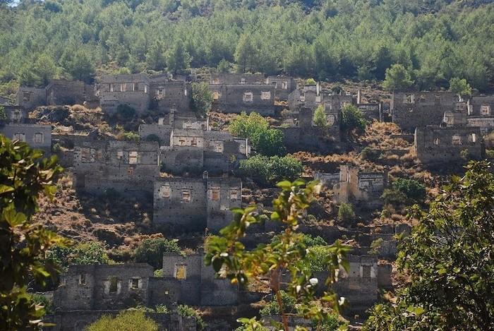 Trước chiến tranh thế giới thứ nhất, rất nhiều người Hy Lạp chung sống hòa bình trên lãnh thổ miền tây Thổ Nhĩ Kỳ.