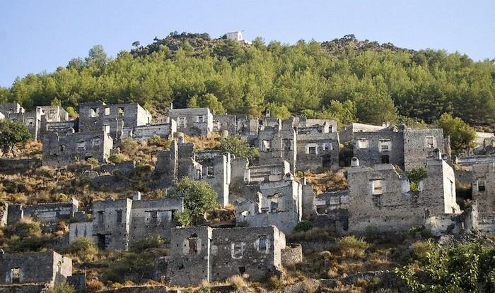 Những cư dân của Livissi bị đuổi ra khỏi chính căn nhà họ đang sống và buộc phải tha hương 220 km.