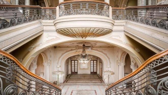 Sòng bạc tọa lạc ngay bên bờ Biển Đen do Vua Carol I xây dựng vào năm 1900 và mở cửa lần đầu năm 1910.