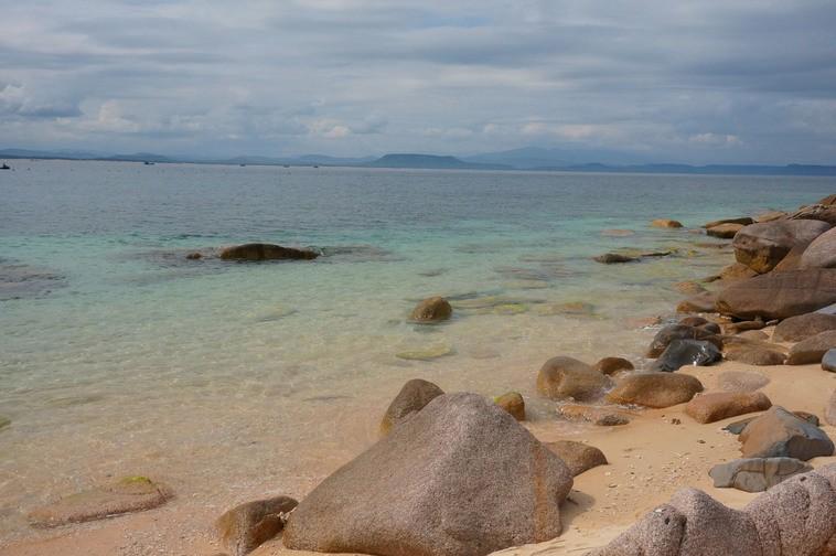 Những tảng đá nhấp nhô như trấn giữ hòn đảo