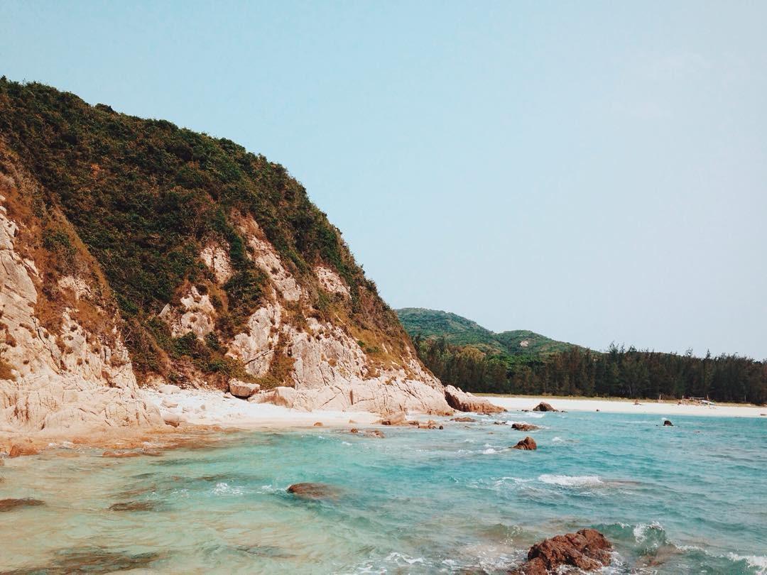 Một góc biển trong xanh bao bọc cù lao Mái Nhà
