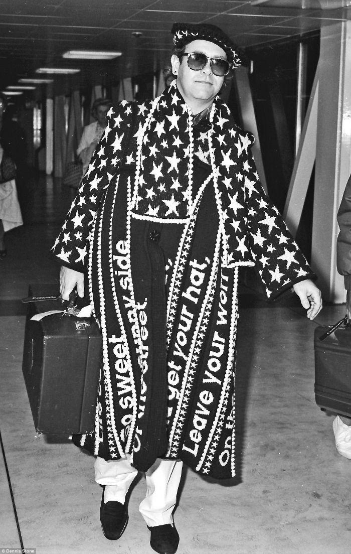Trên hình là ca sĩ Elton John tại sân bay Heathrow trong những năm đầu của thập kỷ 1980.