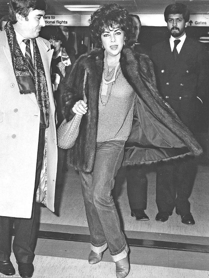 Nữ hoàng điện ảnh Elizabeth Taylor tạo dáng khi bắt gặp nhiều ống kính máy ảnh đang chĩa về phía mình.