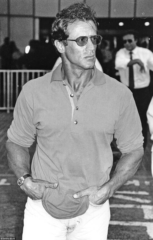 Huyền thoại phim hành động Sylvester Stallone thời còn trai trẻ được Dennis Store chụp được khi ông đến Heathrow và chuẩn bị đáp chuyến tới Los Angeles, Mỹ.