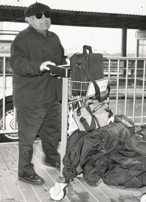 Danny DeVito, diễn viên hài đình đám của Hollywood cố gắng cải trang cho giống người bình thường để đi du lịch. Tuy nhiên ông vẫn bị ống kính của Dennis nhận ra khi xuất hiện tại sân bay Heathrow.