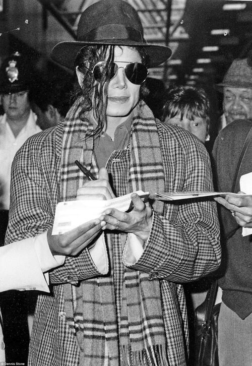 Michael Jackson đang ký tặng fan sau khi ông đáp chuyến bay tới Anh. Bức ảnh này được chụp vào những năm đầu của thập niên 90.