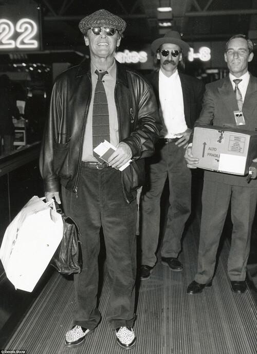 Jack Nicholson đang trên đường làm thủ tục xuất cảnh.