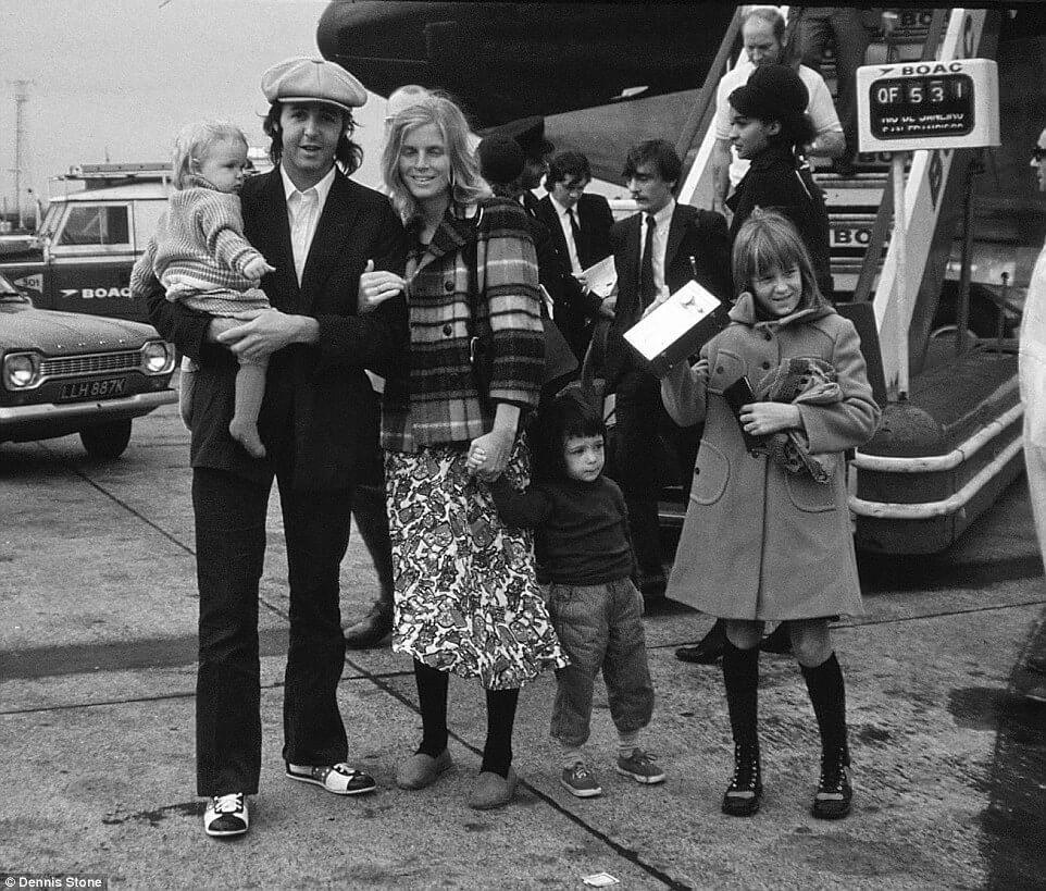 Paul McCartney của The Beatles huyền thoại chụp ảnh cùng người vợ đầu, Linda và 3 người con.