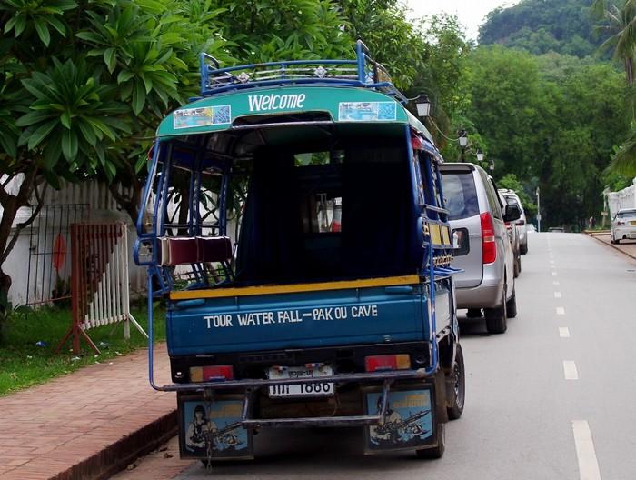 Du khách có thể đón tuk tuk đi đến thác Kuang Si từ trung tâm thành phố Luang Prabang.