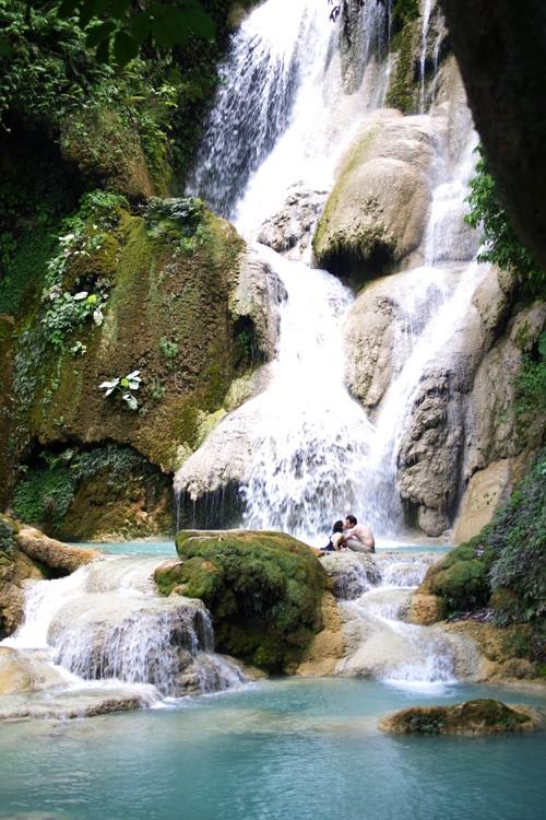 Du khách tới Kuang Si ngoài tham quan thác, khám phá hệ động thực vật phong phú còn có thể tắm thác, đắm mình trong làn nước mát rượi chảy từ trên cao.