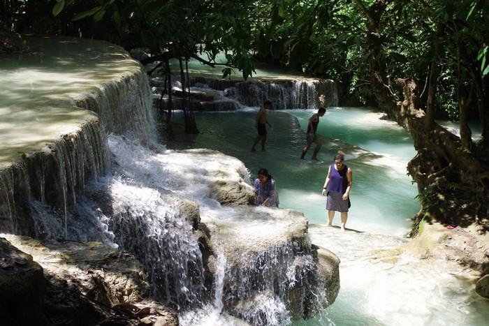 Ở thác Kuang Si có nhiều khu vực nguy hiểm đã gắn biển không được phép bơi, du khách nên tuân thủ để đảo bảm sự an toàn cho mình.