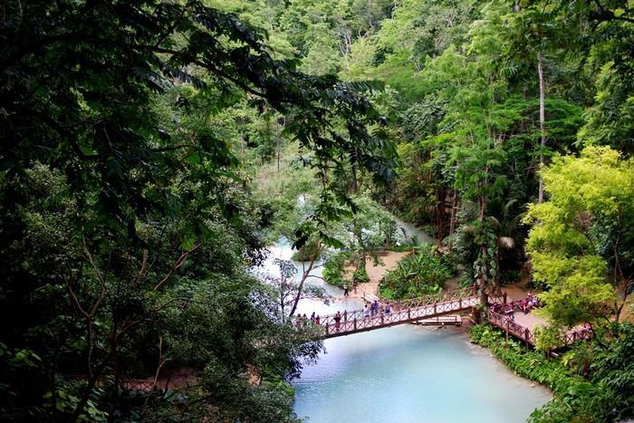 Nước thác Kuang Si có màu xanh ngọc bích nhạt, cuốn hút mọi ánh nhìn của du khách.