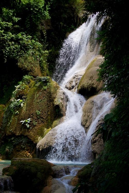 Ở Lào mùa mưa kéo dài từ tháng 5 đến tháng 11, tiếp đó là mùa khô từ tháng 12 đến tháng 4. Thời điểm thích hợp nhất để tham quan thác Kuang Si là vào mùa mưa, khi lượng mưa lớn, nước từ thượng nguồn đổ về nhiều.