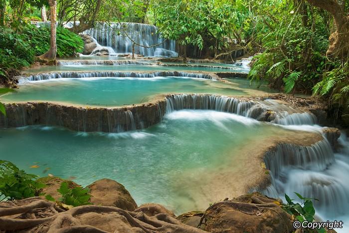 Điều ấn tượng nhất của Kuang Si chính là những tầng thác xếp chồng như bậc thang, nước đổ ầm ào từ trên núi cao rồi xuôi xuống phía những tầng thấp nhưng rộng hơn và tạo thành các hồ nước lớn.