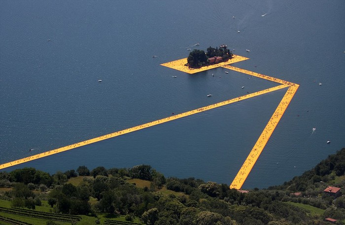 Từ ngày 19/6, hồ Iseo thuộc miền bắc Italy đã đón hàng nghìn du khách từ khắp nơi trên thế giới tham gia trải nghiệm: đi bộ trên mặt nước.