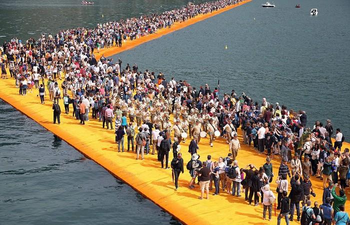 Chiếc cầu nổi bằng phao này nối từ làng Sulzano đến hòn đảo nhỏ có tên gọi Monte Isola và tới San Paolo. Đây là kiệt tác sắp đặt của nghệ sĩ người Mỹ gốc Bulgary Christo VladimirovJavacheff.