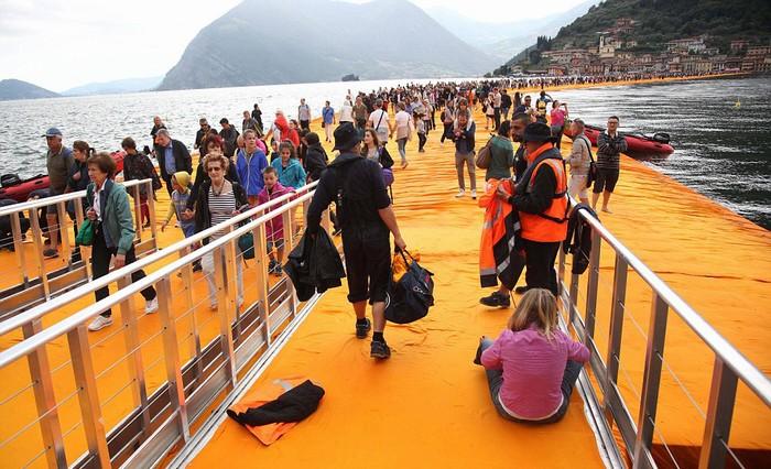 Trong ngày đầu khai mạc, có hơn 55.000 lượt khách đổ xô tới để thử cảm giác đi bộ trên mặt nước. Điều này khiến nhà tổ chức phải tạm hạn chế khách trong ngày đầu vì số lượng quá tải.