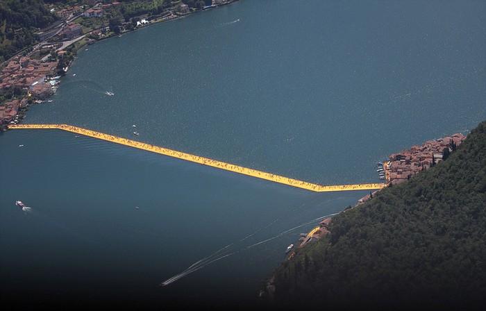 Dự án này có tên là cầu nổi và tốn 16,7 triệu USD để hoàn thành. Chiếc cầu được lắp ráp từ 200.000 khối phao nổi màu vàng cam. Tổng chiều dài của nó lên đến 3 km.