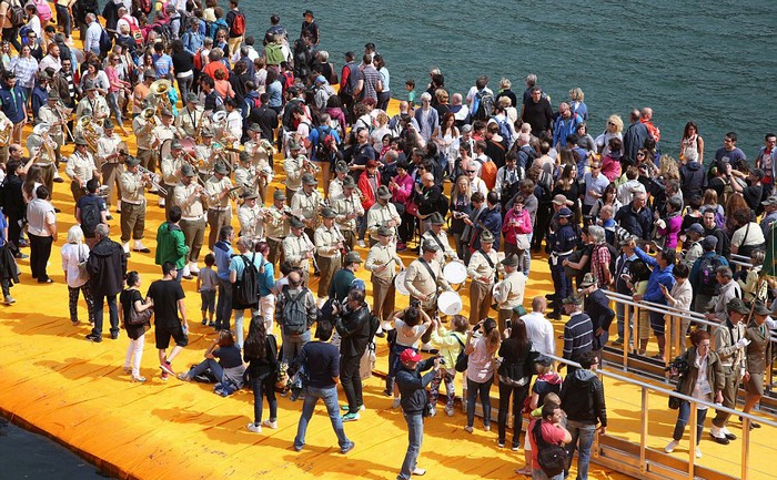 Ban tổ chức đã bố trí 150 người đứng trên các lối đi để bảo vệ an toàn và 30 nhân viên cứu hộ sẵn sàng ứng cứu nếu du khách gặp nạn như ngất xỉu hay ngã xuống nước.