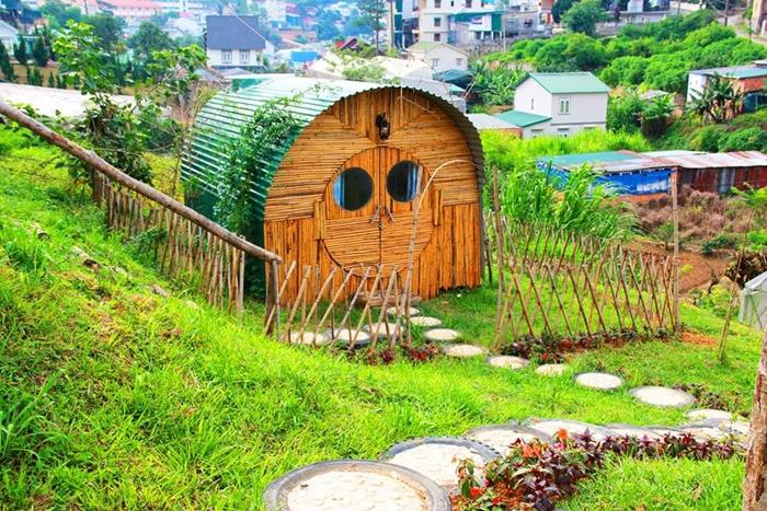 Căn phòng ốp gỗ thông có vẻ ngoài dễ thương, bên trong được thiết kế khá ấm cúng, là nơi thích hợp cho các đôi hưởng tuần trăng mật.