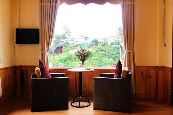 Từ cửa sổ căn nhà chung hay bất kỳ các ô cửa nhỏ của khu biệt thự nhìn ra là thành phố Đà Lạt mộng mơ với những mái nhà lẫn giữa các vườn cây trái, vườn hoa.