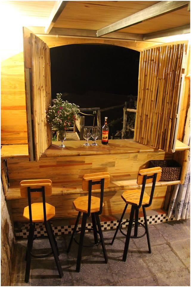Không chỉ là nơi lưu trú, đây còn là nơi bạn chia sẻ, tâm tình, lưu giữ kỷ niệm của chuyến đi đáng nhớ. Quầy bar ngay trong căn phòng với những ly rượu vang và mấy chiếc ghế cao để bạn cảm nhận nhiều hơn về cái vị của thung lũng, của đất trời.