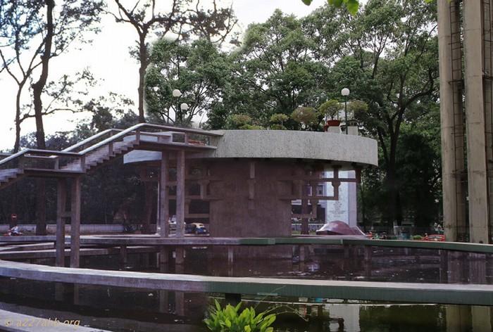 Hồ Con Rùa – nơi tụ tập của các thanh niên những ngày cuối tuần hay trưa hè nắng nóng, nay vẫn nằm nguyên vẹn và trầm lặng giữa lòng thành phố.