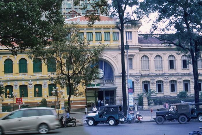 Tọa lạc ngay gần nhà thờ là Bưu điện trung tâm thành phố. Từ đây, nhiều thư tay và những bưu phẩm đã được trao đi và nhận lại từ muôn nơi.