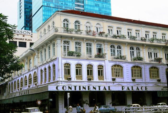 Góp phần tạo nên sự năng động của thành phố chính là những tòa nhà hiện đại vẫn giữ vị trí bậc nhất Sài Gòn qua năm tháng như khách sạn Continental Palace hay khách sạn Majestic.