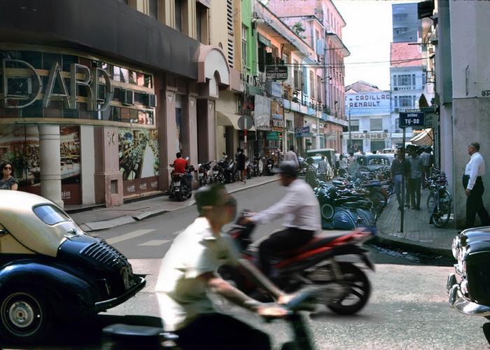 Chốn ăn chơi xa hoa của người Sài Gòn xưa không thể không kể đến Café Brodard nằm ngay ở góc Tự Do – Nguyễn Thiệp