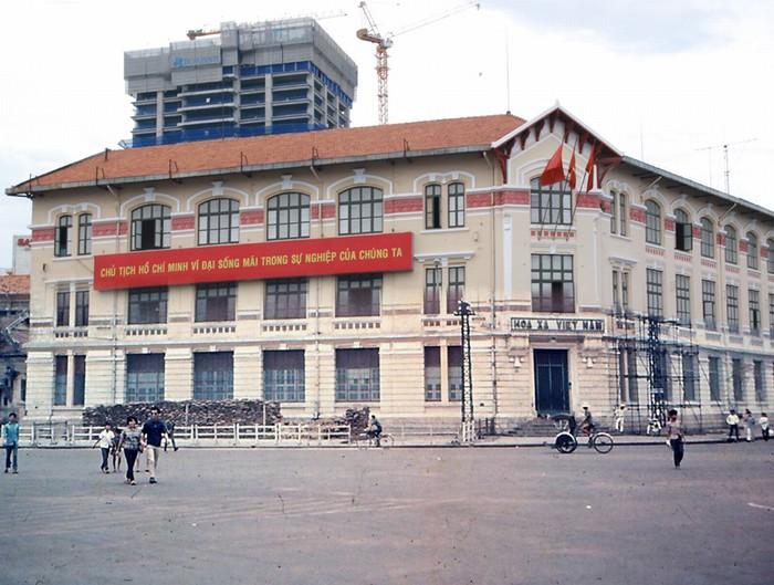 Ở nhiều thành phố trên thế giới, ga xe lửa là các công trình kiến trúc to lớn và độc đáo. Ở Sài Gòn thời Pháp thuộc cũng có tòa nhà bán vé và hành chính của Công ty Hỏa xa Đông Dương (CFI) vào khoảng năm 1920, ngày nay nằm ở góc đường Hàm Nghi - Lê Lợi.