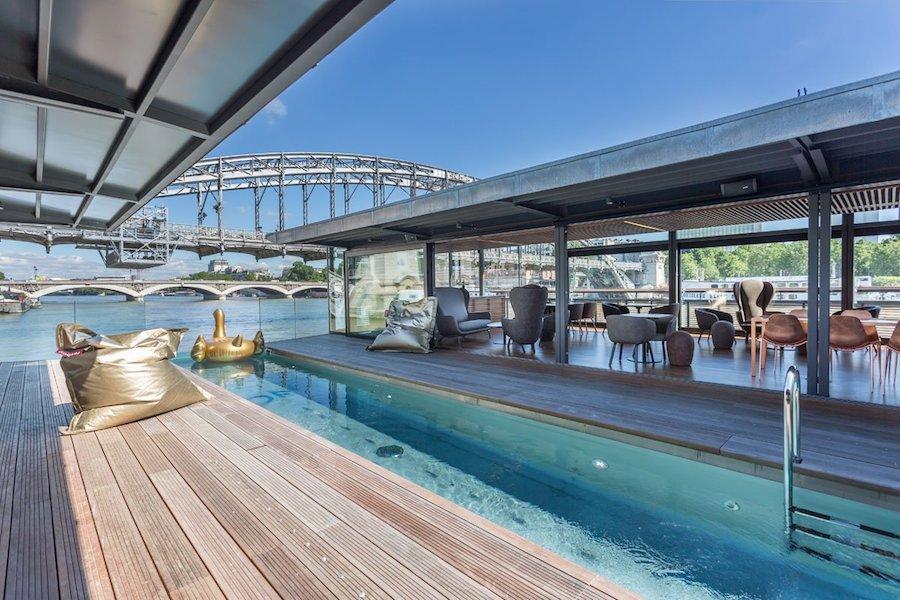 Một khách sạn mới đây ra mắt ở Paris đang trở thành điểm đến của những người yêu thích sự lãng mạn. Khách sạn mang tên Off, thực chất không phải khối kiến trúc xây dựng trên mặt đất mà lại là trên một xà lan bên bờ sông Seine.