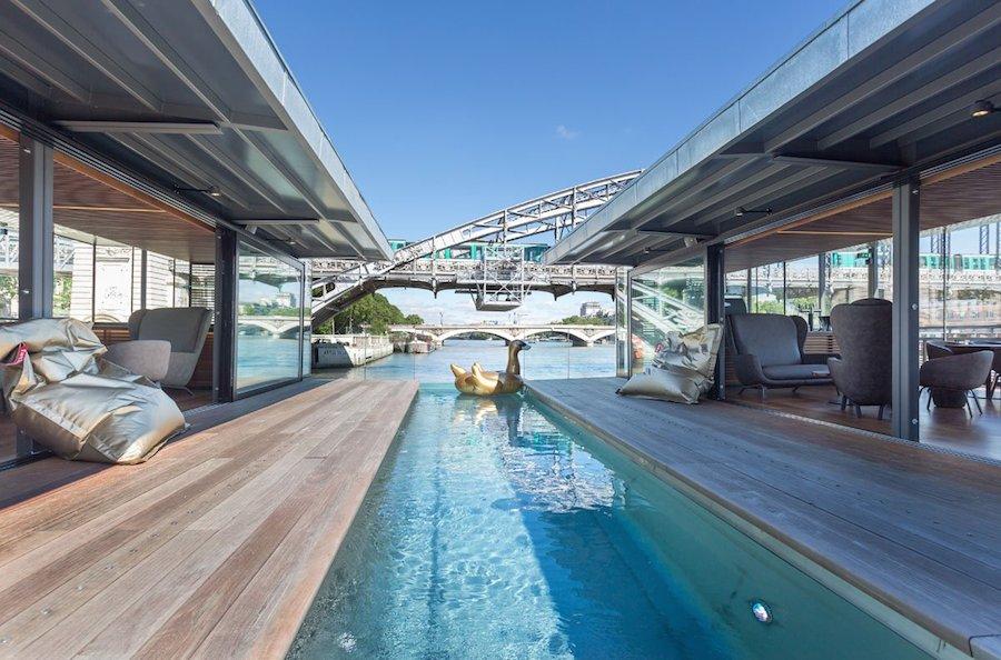 Nhờ xây trên xà lan cố định nên Off đem đến sự vững chãi, chắc chắn, đồng thời tạo cảm giác như đang nổi trên mặt nước. Khách sạn được tích hợp thêm bể bơi cùng nhiều tiện nghi hiện đại.