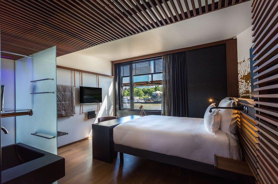 Khách sạn được xây dựng chủ yếu từ gỗ và kim loại với 54 phòng loại thường và 4 phòng cao cấp. Giá của mỗi phòng thường là 136 USD/đêm.