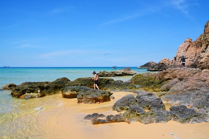 Khi thủy triều xuống, các mỏm đá lớn nhô lên rõ hơn, tạo nên bức tranh thiên nhiên đẹp mắt, xa xa là đường chân trời xanh ngắt.