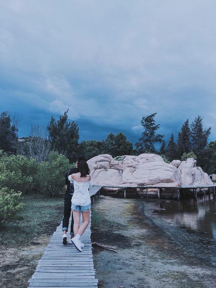 Những tảng đá và cây cầu tô điểm cho khung cảnh thêm trữ tình