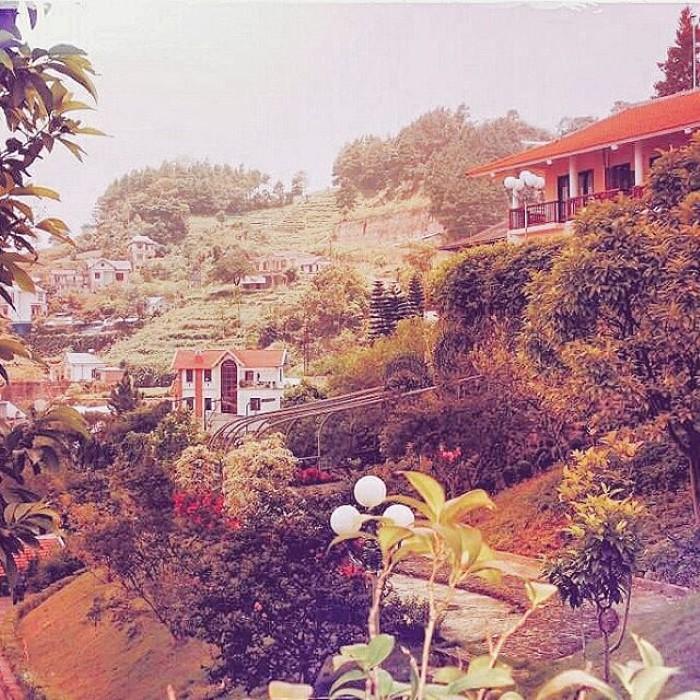 Đó là một resort nhỏ xinh nằm cách thị trấn khoảng chừng 2km - Ảnh: cassiebee808