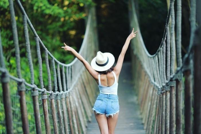 Có chiếc cầu gỗ đáng yêu nối giữa đôi bờ - Ảnh: Sưu tầm