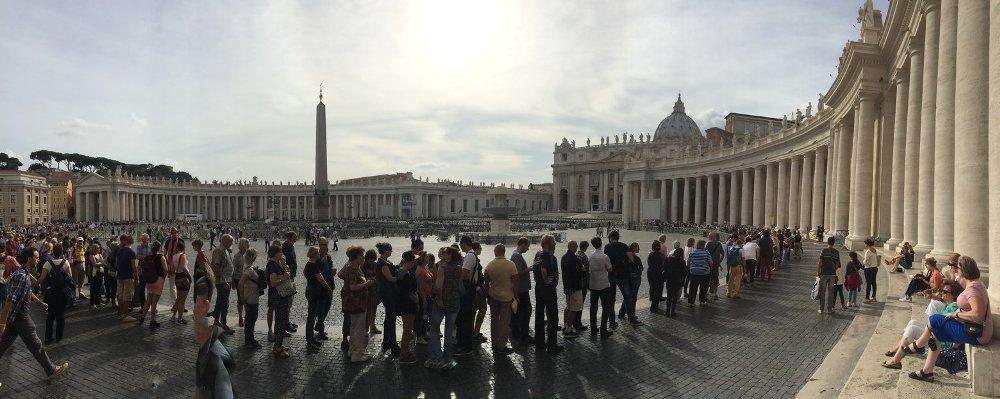 Du khách có mặt ở mọi nơi:Bạn hãy chuẩn bị tinh thần để xếp hàng dài chờ vào các địa điểm du lịch nổi tiếng ở Italy.