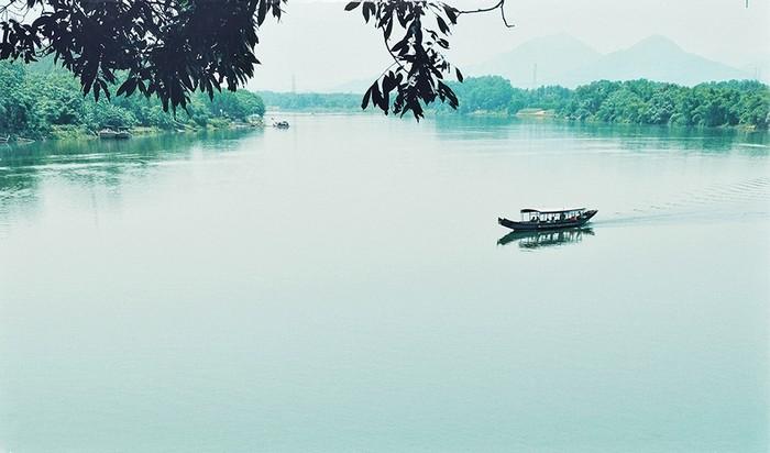 Nhắc đến Huế không thể không kể đến dòng sông Hương hiền hòa. Sông có nhiều tên gọi như: Lô Dung, Linh, Dinh, Kim Trà, Hương.